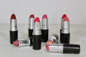 Kosmetiske produkter: læbestifter i forskellige farver